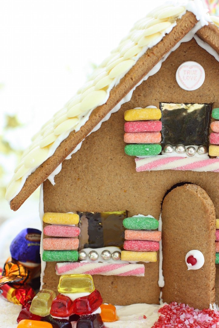 gingerbread-house-close-up